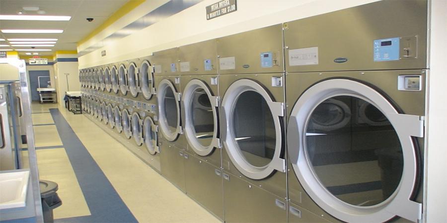 Những thương hiệu máy giặt công nghiệp cho khách sạn Khách hàng là rất cao, không những thế riêng bản thân chúng cũng có nhu cầu sử dụng dịch vụ giặt ủi. Chính vì vậy để vừa đảm bảo phục vụ nhu cầu giặt là của mình vừa đáp ứng nhu cầu sử dụng của khách hàng các khách sạn buộc phải trang bị cho mình những chiếc máy giặt với công suất cao và khả năng giặt liên tục. Những chiếc máy giặt công nghiệp ra đời chính là giải pháp hoàn hảo giải quyết được những vấn đề đó của khách sạn. Thế nhưng loại máy giặt nào mới là loại thích hợp nhất với khách sạn, phải lựa chọn máy giặt có công suất bao nhiêu là tốt nhất? Đây luôn là những băn khoăn của rất nhiều người khi tìm mua máy giặt công nghiệp. Chính vì vậy mà hôm nay chúng tôi xin phép được chỉ ra những thương hiệu máy giặt và loại công suất thích hợp cho khách sạn cho các bạn trong bài viết dưới đây Loại máy giặt công nghiệp dành cho khách sạn Không phải loại máy giặt nào cũng phù hợp với hệ thống giặt là trong khách sạn chính vì vậy khi mua máy giặt bạn phải chú ý đến loại máy giặt và công suất phù hợp. Loại máy giặt nên sử dụng trong khách sạn phải là máy giặt công nghiệp chứ không phải máy giặt thông thường công suất phải trên 15kg mới thích hợp. Dưới đây là 2 thương hiệu máy giặt công nghiệp được người tiêu dùng đánh giá là phù hợp nhất với khách sạn. 1. Máy giặt công nghiệp của thương Image Thái Lan Image là thương hiệu máy giặt đến từ Thái Lan cũng là một trong những thương hiệu xuất lâu đời nhất trên thị trường. Các dòng sản phẩm của thương hiệu Image thường được các khu tập thể, trường học, bệnh viện hay khu nghỉ dưỡng sử dụng để giặt sạch các đồ vải của cơ sở mình. Những ưu điểm của máy giặt công nghiệp Image - Những chiếc máy giặt công nghiệp Image có hệ thống vi xử lý hiện đại -Có khoảng 30 chương trình giặt, và rất dễ để vận hành theo chu trình lên trước -Người dùng có thể dễ dàng tự điều chỉnh mức nước, nhiệt độ hay tốc độ vắt và thời gian giặt... -Có hệ thống cửa khóa tự động 180°, an toàn tuyệt đối -Tiết kiệm n