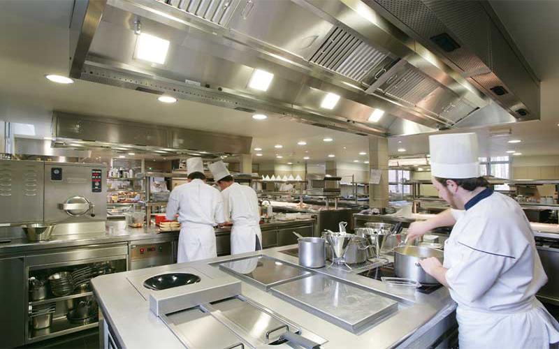 Những lưu ý khi mua bàn mát salad cho nhà hàng và bếp ăn công nghiệp